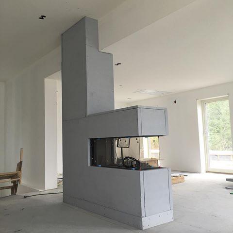 Da er peisen på plass!!😍 Bygget i brannsikre plater✔️ Flinke mannen min!!🙌🏻 ______🔝_______ #minmannkan #fornøydfrue #gasspeis #faber #vibyggerhus #husbyggere #vibyggernytt #nytthus #nytthus2016 #boligdrøm #boligpartner #funkis #funkishus #listefritt #interior #interiors #interiordesign #prosjektdrømmehus #villalille