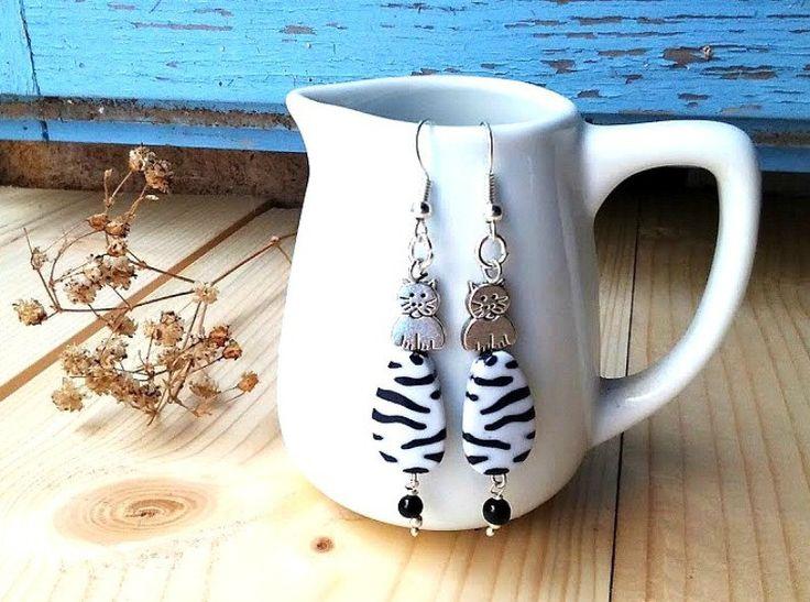 boucles d'oreilles chat zèbré de blanc et noir,boucles d'oreilles chat,collectionneurs de chat,boucles d'oreilles femme,cadeau femme, by itssomimi2 on Etsy