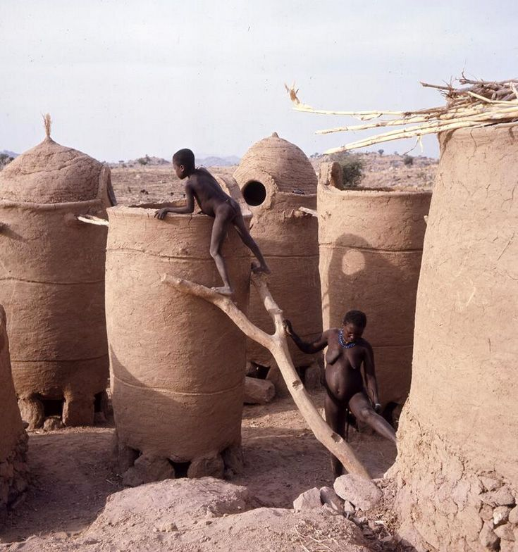 Africa   Mouktélé granaries under construction, Northern Cameroon. ca. 1966   ©Bernard Juillerat // PF0106505