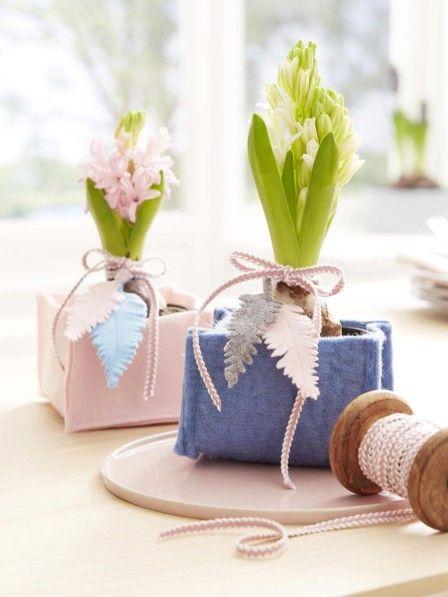 Hyazinthen läuten den Frühling ein. Diese hübschen Übertöpfe aus Filz betonen die herrliche Farbpracht der Blumen. Hier geht es zur Anleitung.