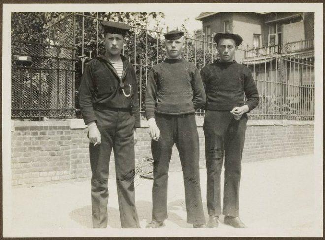 Teun de Graaf, Arie de Jong en een onbekende visser; Scheveningse vissers. ca 1915 #ZuidHolland #Scheveningen