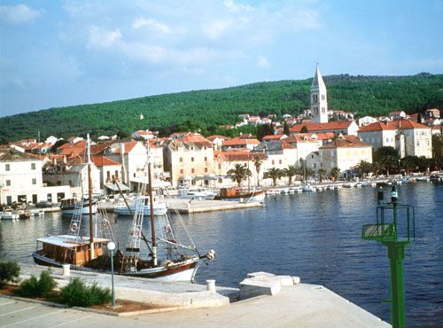 Supetar på øya Brac, Kroatia. Dagstur med båt fra Split. Bitte liten havneby, med rullesten strand.