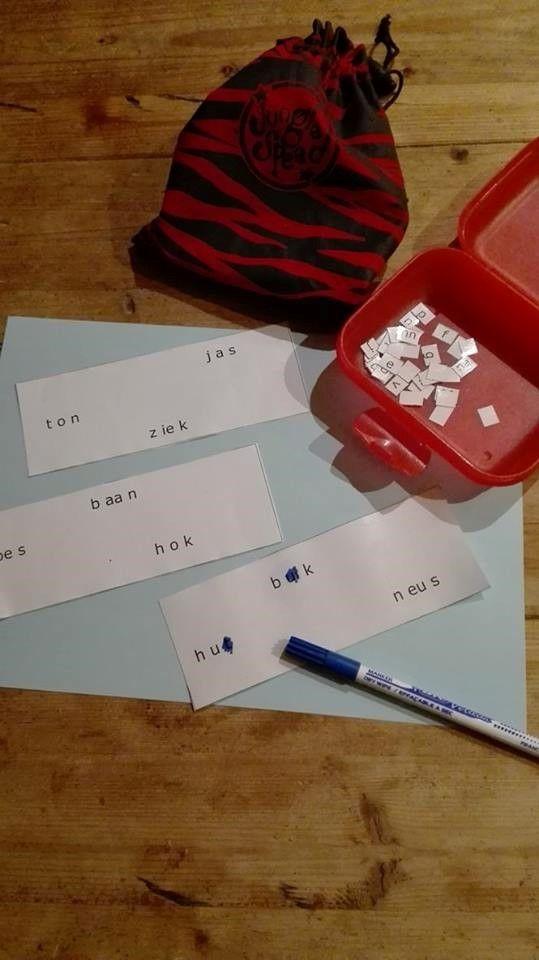 1ste leerjaar: bingo! De leerlingen hebben elk een kaart voor zich liggen met drie woorden op (altijd 9 letters) De leerkracht/een leerling trekt een letter uit de zak en leest deze voor. De leerlingen kijken of deze letter voorkomt in één van de drie woorden. Zo ja, kleurt hij deze met de uitwisbare stift. Wie heeft als eerst al zijn letters gekleurd?
