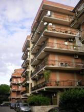 Immobiliare Roma Appartamento bilocale in vendita - 65 mq -  119.000  Roma via stefano pittaluga zona Casilina  Zona Grotte Celoni a 400 metri da Via Casilina a 3 km ca dal GRA a 5 km ca dall'università di Tor Vergata e ptv adiacente a tutti i servizi. DESCRIZIONE: Palazzina in cortina di quattro piani Appartamento posto al piano terra di 65 mq ca. composto da: ampio ingresso cucina abitabile salotto camera matrimoniale bagno con soppalco e corte esterna di proprietà di 35mq. POSSIBILITA' DI…