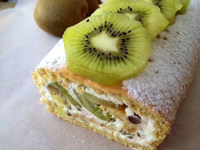 Il rotolo al kiwi e cioccolato senza glutine è dolce arrotolato ripieno di una morbida crema farcita con kiwi e cioccolato davvero goloso ed invitante!