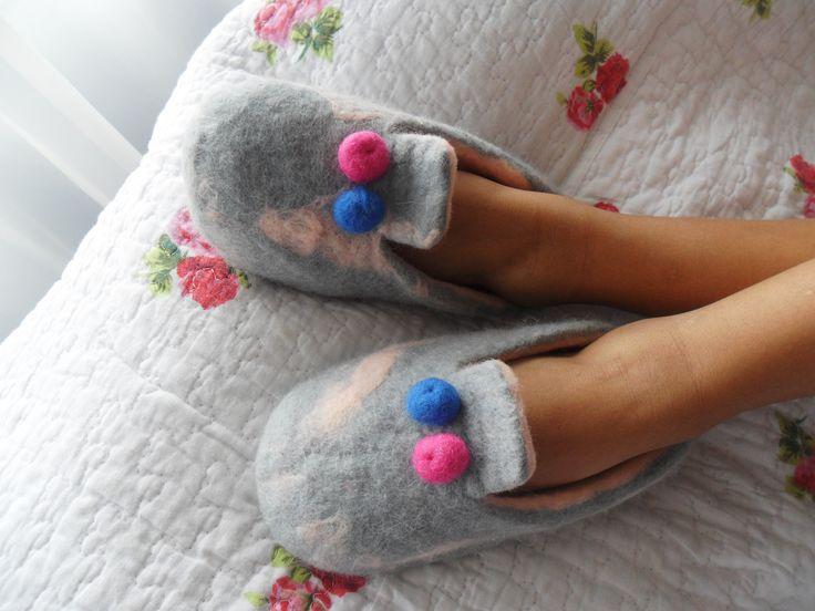Pantuflas en Fieltro de lana... Elaboradas a mano, confortables y delicadas para la llegada a casa