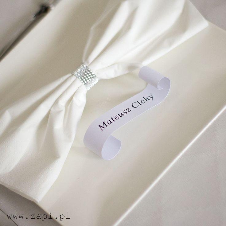 nowoczesna utrzymana w minimalistycznym stylu biała winietka na talerzu weselnym