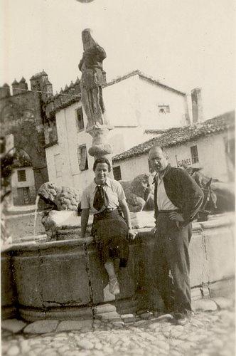 Carmen Conde y Antonio Oliver durante la Guerra Civil en la Fuente de los Leones, Baeza (Jaén), junio de 1937.