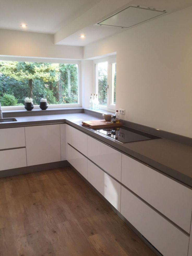 Prachtige hoogglans keuken met betonlook keukenblad, geplaatst door onze deelnemer Manders Keukens Schaijk.