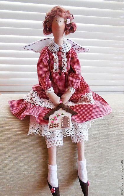 Купить или заказать Домашняя Феечка в интернет-магазине на Ярмарке Мастеров. Одежда Домашней Феечки сшита из качественного японского хлопка, украшена корейским хлопковым кружевом. Куколка самостоятельно сидит. В ручках у Феечки домик, изготовленный из фетра ______________________________ С помощью кнопки 'Добавить в избранное' Вы можете сохранить у себя понравившуюся работу ________________________________ Знакомьтесь с новыми работами с помощью кнопки 'добавить в круг'.