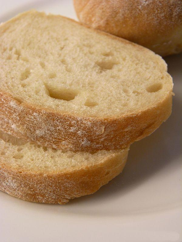 Goda, kalljästa ciabattabröd. Enkla att baka. Läs mer på recept.com