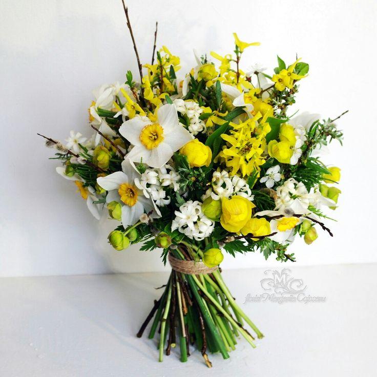 Флорист Margarita Cojocaru.Нежный весенний букет , из нарциссов, гиацинта, купальницы, форзиции и веточек вербы.Свадебный букет в эко-стиле