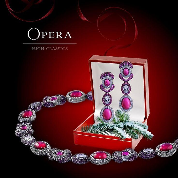 Изящное серебряное колье и серьги, украшенные крупными рубинами и цирконами, обрамленными россыпью более мелких самоцветов. Великолепный комплект для новогоднего бала!