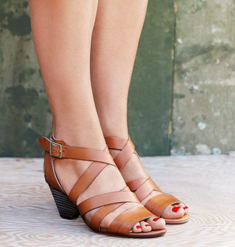 Klassische Sandalen in cognacbraunem Premium-Leder mit einem praktischen Schnallenverschluss, Clarks Ranae Estelle, 99,95 Euro: http://www.clarks.de/p/26106081