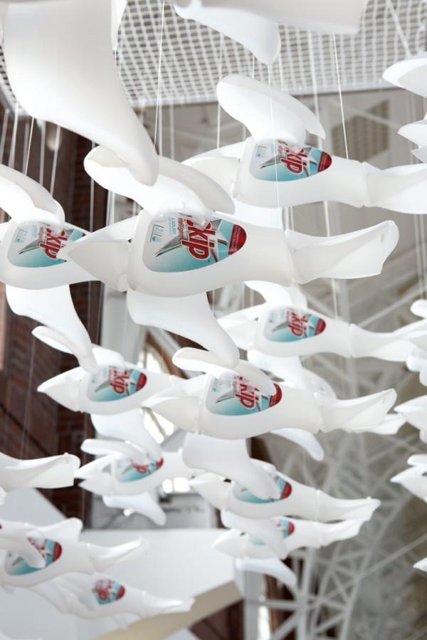 Afin de communiquer sur le lancement du nouveau détergent liquide de Skip en Afrique du Sud, l'agence The Jupiter Drawing Room a réalisé une installation artistique disposée sur le front de mer de Cape Town.
