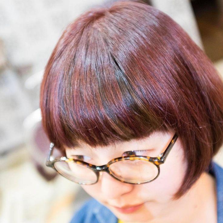【地毛の利用】昨日アップしたカラー。実はちょっとした細工をしています。beforeは前回の投稿を見て頂くとわかりますが表面がイエローに飛んでいて、これに反して中をめくるとダークトーンでした。そこで、この地毛に近いダークトーンは利用。表面のみにピンクを施しているので、前髪でおわかりの様に少し髪が動くとローライト的な表情をみせる仕上げを狙っています。