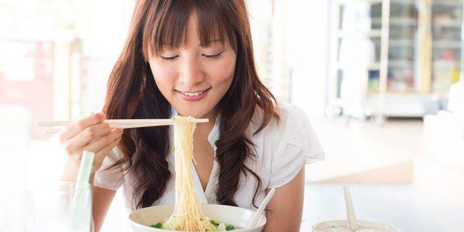 Vemale.com - Pasti banyak di antara Anda yang sering makan mie instan pakai nasi. Kebiasaan ini sebenarnya tidak sehat dan bikin gemuk.