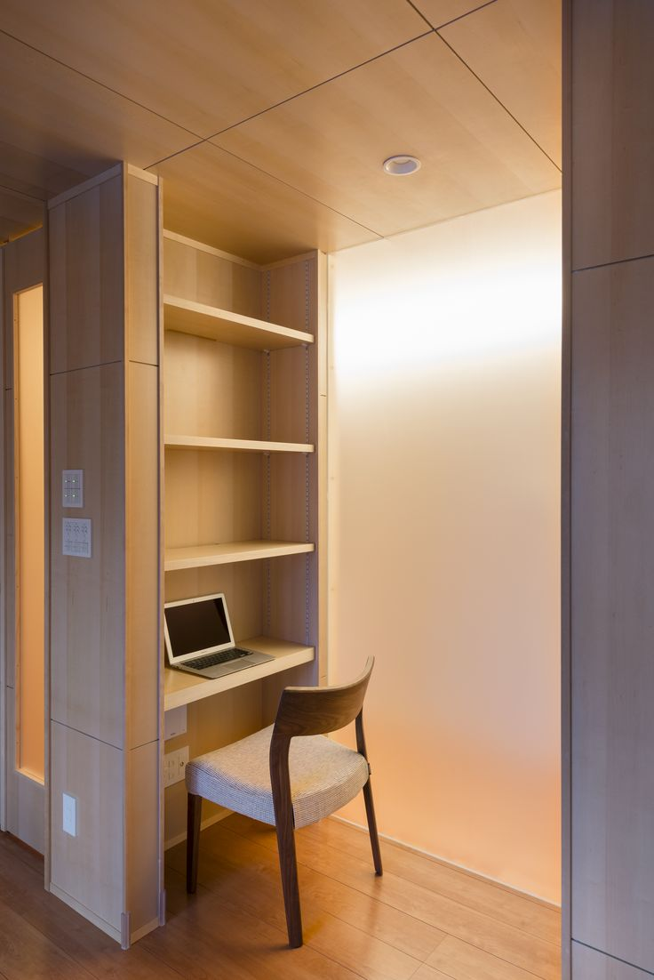 キッチンからリビング、ダイニングを見通せる空間を作り、LDKと廊下に間仕切りをかねた箱を設けました。この大きな箱は収納、開口を設けることによりただ空間を仕切るだけでなく、機能的に向上するように工夫されています。