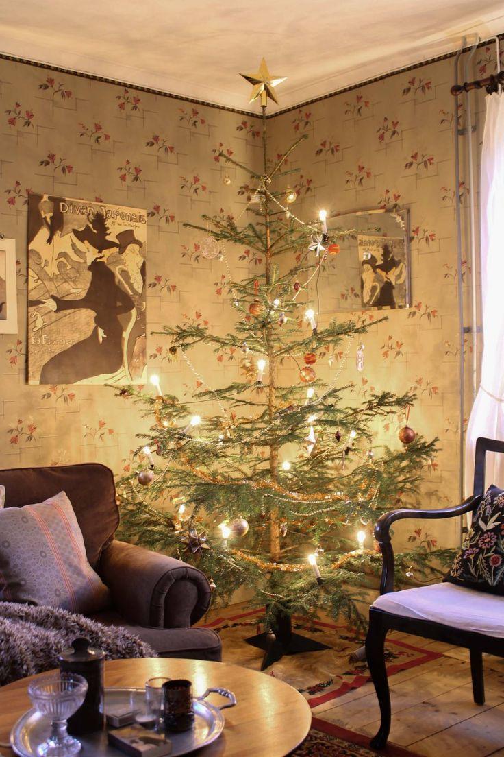 Julgran i vardagsrummet Affisch av Henri de Toulouse-Lautrec. #byggnadsvård #inredning #återbruk Foto: Erika Åberg