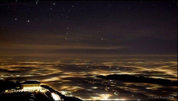 """Em segundo lugar na categoria Luz ficou Carlo Zanandrea, com a foto """"Nem Tudo o que Reluz é Ouro"""", que mostra a constelação de Órion sobre a névoa cobrindo a província de Treviso, no nordeste da Itália. (Foto:  Carlo Zanandrea  )"""