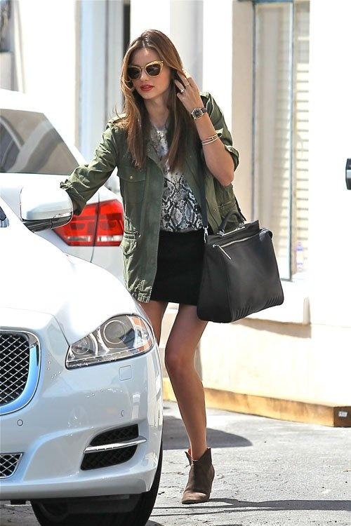Haciendo una parada para lucir más atractiva, Miranda Kerr fue vista llegar a un salón de de belleza en Hollywood. La guapa modelo vistió una chaqueta verde y una minifalda color negro.