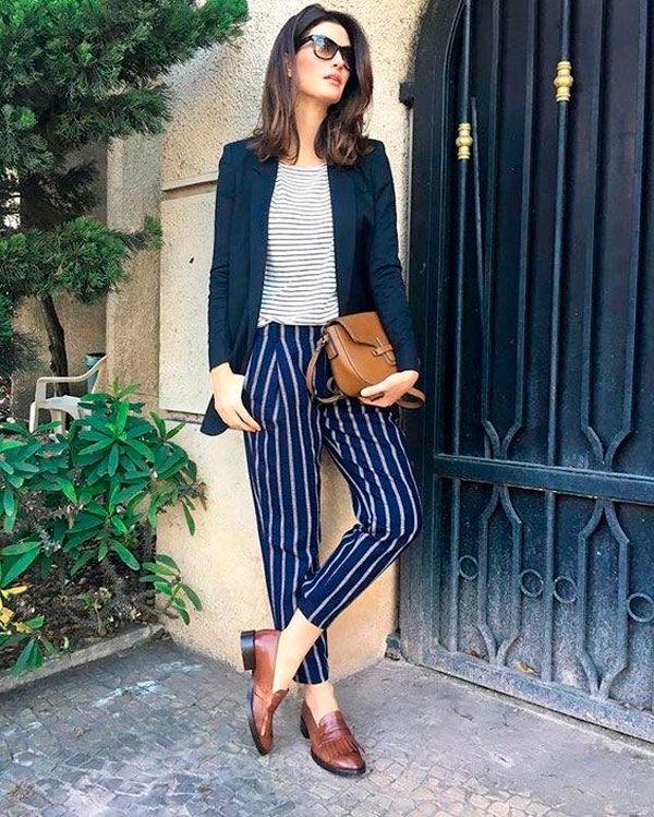 Isabella Fiorentino usa mix de listras combinando: calça cropped listrada azul, t-shirt listrada cinza, blazer e oxford.