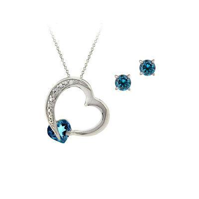 Cet ensemble de bijoux met en valeur un pendentif coeur topaze bleu Londonnien avec une paire de boucles d'oreilles assorties. Le pendentif comporte un coeur flottant ouvert brillant avec des détails en pointillés argent sur le côté, en simulant des pierres blanches. Une topaze bleu  réglé vers le bas et un véritable diamant est niché dans les points Pour commander: http://www.bijouxlescargot.com/fr/details.php/qs/prodId/135227/