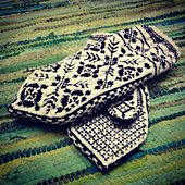 This pattern is for a 'medium' which is around a large woman's or smaller man's hand size. The finished mitten is around 11cm in width, and 27cm in total length.