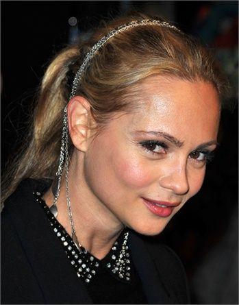 La coda non va per forza da sola: bella la scelta di Beatrice Rosen, che indossa anche un cerchietto-gioiello.(foto Getty)