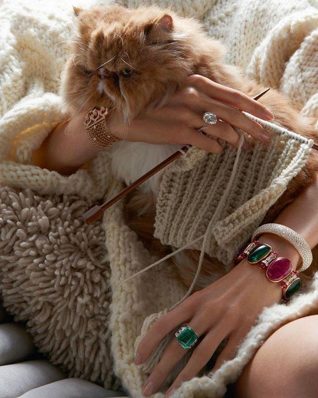 Kışın vazgeçilmezi yün kazaklar dev karatlı mücevherlerle buluşuyor. Bu muhteşem ikiliye ise kediler eşlik ediyor. Stil ilhamı profilimizdeki linkte. Fotoğraf: Thomas Lagrange, Moda editörü: Claire Dhelens