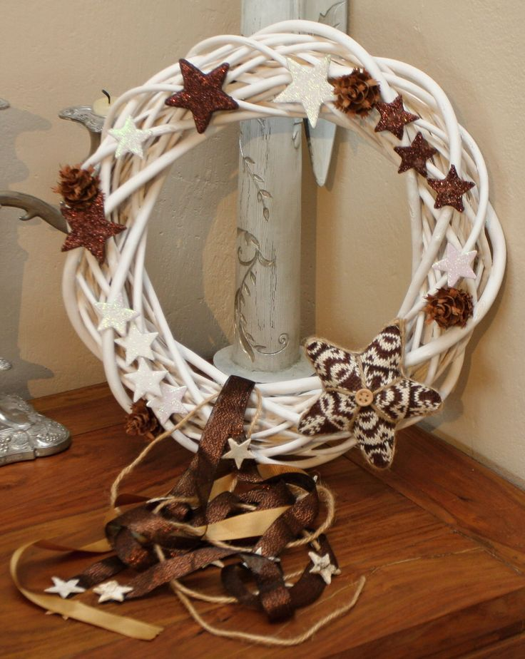 Vánoční věnec proutěný věnec bílý laděný do hnědé barvy, průměr 30 cm,vhodný do vnitřních prostor či chráněných venkovních prostor