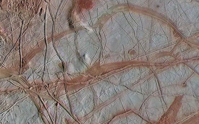 """Nell'oceano di Europa, la grande luna di Giove, potrebbero esserci condizioni chimiche favorevoli alla vita In un articolo pubblicato sulla rivista """"Geophysical Research Letters"""" viene descritta una ricerca sulle caratteristiche chimiche esistenti nell'oceano sotterraneo di Europa, la grande luan di Giove. #nasa #europa"""