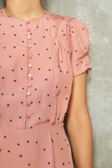 I love the soft pink colour and the row of buttons. Delicate, feminine 1940s style.