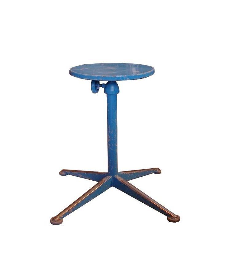 - Ontwerper: Friso Kramer - Type : kruk staal draaibaar en in hoogte verstelbaar. Hoog model - Merk/fabrikant : Ahrend/de cirkel - Basismateriaal : staal, zowel