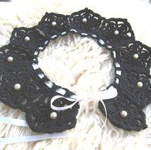 Krage/halssmycke virkad i bomullsgarn, dekorerat med vintage pärlor och satinband