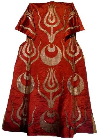 Caftan with short sleeves associated with Soliman II (1687-91). Satin with stylized tulips made of gold cloth, 17th century