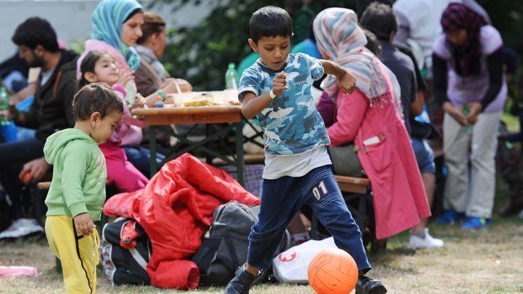 Des enfants jouent dans un centre d'accueil pour demandeurs d'asile près de la gare de Munich, dans le sud de l'Allemagne, le 13 septembre 2015. | ANDREAS GEBERT / DPA / AFP