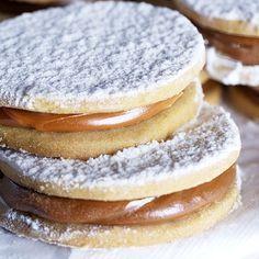 Rico postre de alfajores de maicena para ocasiones especiales. Los alfajores son un postre típico de Argentina hechos como un sandwich dulce con relleno de dulce de leche. Los puedes servir como postre o incluso para regalo.