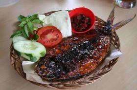 Bandeng Budheng menyajikan berbagai menu khas yang diolah dari ikan bandeng. Menu spesial yang dihadirkan adalah Bandeng Bakar dan Bakso Bandeng. Istimewanya bandeng yang disajikan durinya telah dicabut, sehingga yang tersisa adalah gurihnya daging bandeng yang membuat ketagihan.  Link : http://infojajan.com/resto/bandeng-budheng-2