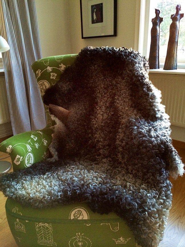 Fårskinn i fåtölj - En kund skickade så fina bilder på hur hon har lagt fårskinn från Gotlamm i sina möbler. Det är alltid lika roligt och inspirerande att få se var skinnen hamnar.