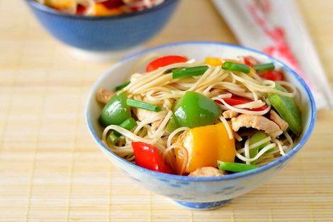 Kurczak chow mein z papryką to danie z woka gwarantuje błyskawiczny obiad. Danie można serwować razem z ryżem
