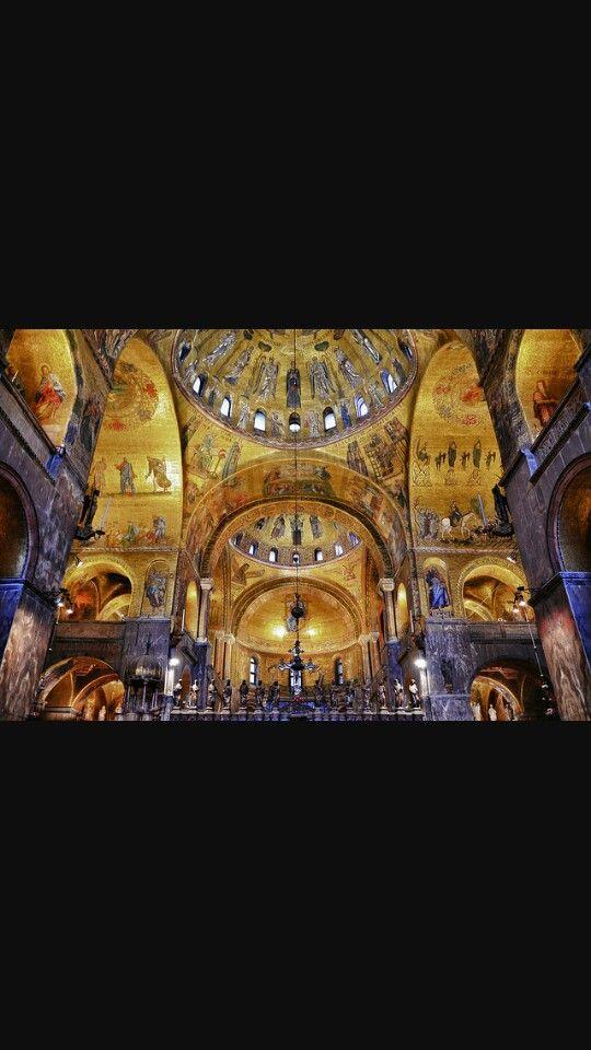 Interno Basilica di San Marco, in marmo cipollino.