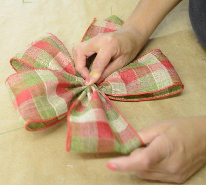Hoje vamos ensinar a montar os laços que são a base da decoração da árvore de Natal. E com uma novidade: este ano temos rolos de fitas especiais para isso!