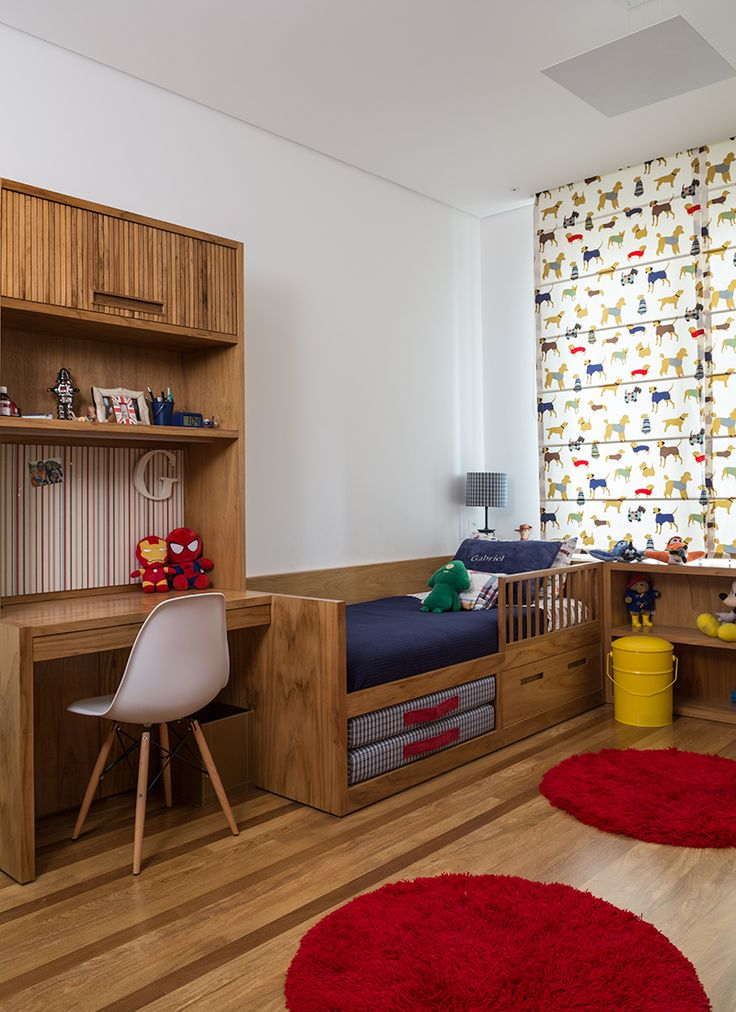 Dá para ser bonito, funcional e divertido ao mesmo tempo, algo tão necessário em um quarto de criança. | O tecido de cachorrinhos: Prints. Cadeira: Tok Stok. Tapete, abajour e lixeira: Pottery Barn.