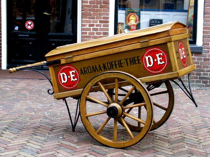 In 1753 openen Egbert Douwes en zijn vrouw Akke Thijsses hun kruidenierswinkel De Witte Os aan de Midstraat in Joure en leggen zo de basis voor het Douwe Egberts van nu. Egbert en Akke verkopen producten die 'tot de genoegens van het dagelijks leven behoren'. Koffie, thee en tabak zijn de belangrijkste producten.