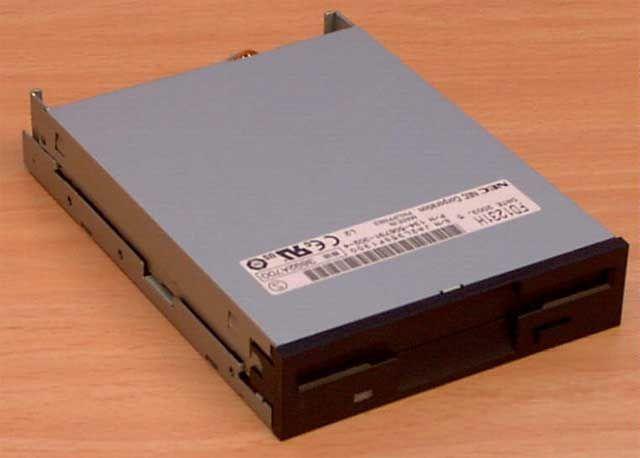 """Disquetera de 3,5 """" (pulgadas) En 1981, la empresa Sony lanzó el disco flexible de 3 y media pulgadas"""