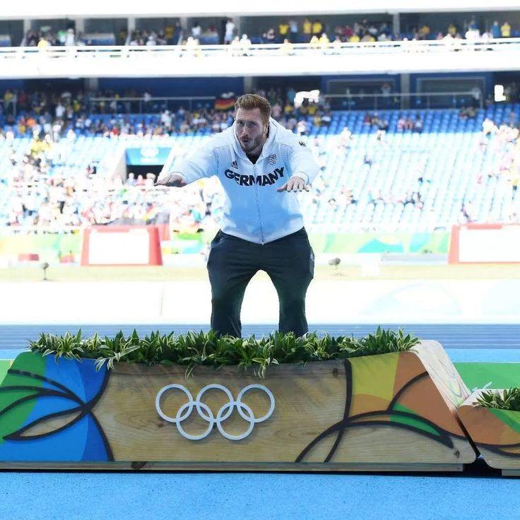 Wer den Hampelmann-Auftritt von Christoph Harting bei der Siegerehrung nicht gesehen haben sollte ...   So pfeift der Goldmedaillengewinner auf die Nationalhymne: