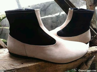 Sepatu Kulit Boots Wanita Halimah   Moo sepatu kulit boots Halimah merupakan model sepatu boots wanita yang dibuat dari bahan kulit original berkualitas. Sepatu hand-made ini dibuat oleh tangan pengrajin kami dengan mamadukan desain yang unik dan material terbaik untuk menghasilkan produk sepatu unggulan. Sepatu kulit buatan SMO ini menggunakan bahan yang tebal namun tetap ringan dan jahitan yang kuat. Sepatu ini menggunakan zipper atau resleting di sisi dalam ankle boots. Halimah memadukan…