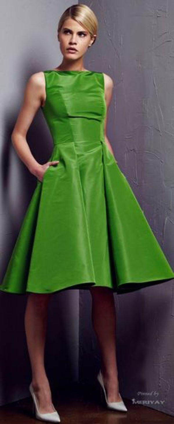 カッティングとフレアのラインが美しいグリーン単色ドレス☆ 結婚式のお呼ばれドレスの参考例まとめ。