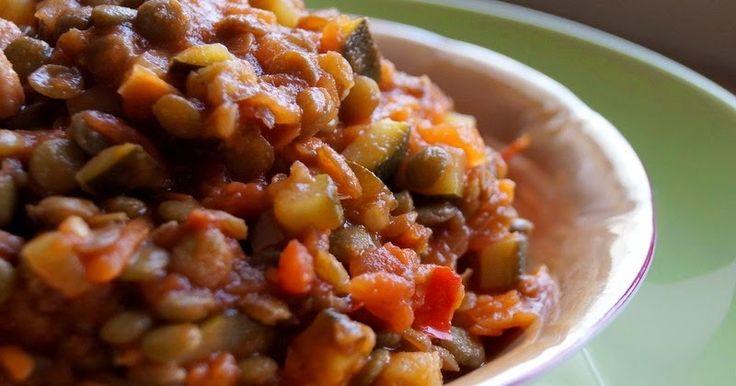 Składniki:   szklanka zielonej soczewicy  puszka krojonych pomidorów  2 cukinie  marchewka  cebula  150 g boczku wędzonego (pomijamy w we...